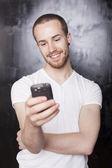 Homem com celular — Fotografia Stock