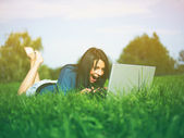 Young Girl Using Laptop In Park — Zdjęcie stockowe