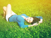 Young woman joy and relaxing in park — Stockfoto