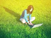 在公园的笔记本电脑的女人 — 图库照片