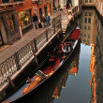 Gondola in Venice near pier — Stock Photo