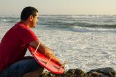 Un surfeur, je regarde les vagues — Photo