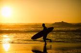 Surfeur en cours d'exécution — Photo