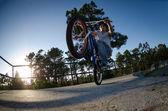 Bmx-Fahrer auf einer Rampe — Stockfoto