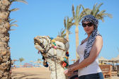 Girl on a camel — Stockfoto