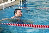 在游泳池中的男人 — 图库照片