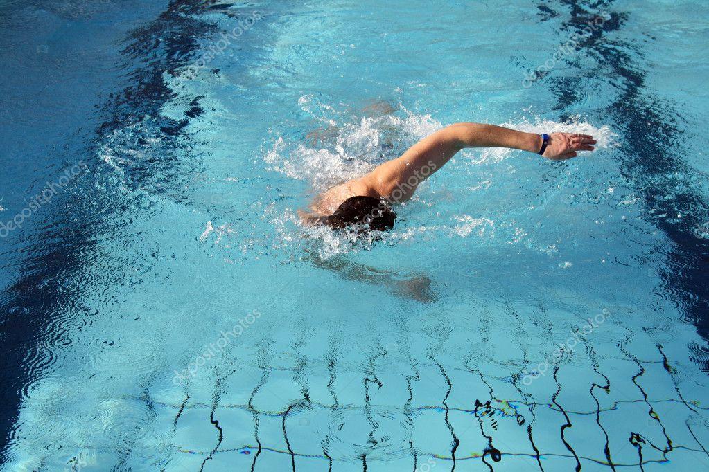 Nageur de passe temps nager le crawl dans piscine - Nager dans une piscine ...