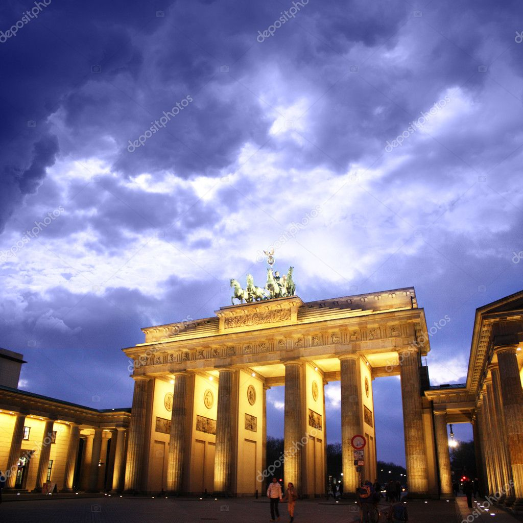 Brandenburg gate of one of the many attractions berlin — Stock Photo #11451853