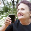 The happy smiling woman drinks fresh cherry juice — ストック写真