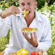 The man the vegetarian tastes salad - Foto de Stock