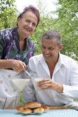 Den lyckliga familjen äter bakad hus pajer med färsk mjölk — Stockfoto