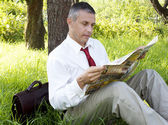 The businessman reads the newspaper — Stock Photo