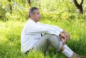 El hombre adulto en jardín de verano verde — Foto de Stock