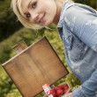 Beautiful blonde woman picking strawberries — Stockfoto