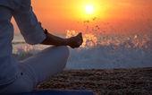 Yoga ayrıntıları kadın eli — Stok fotoğraf