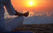 Yoga informationen frau hand — Stockfoto