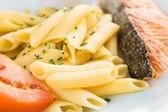 Těstoviny a uzeným lososem — Stock fotografie