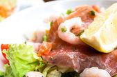 Salada com salmão fumado — Fotografia Stock