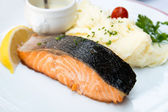 Grilled salmon and lemon — Stockfoto