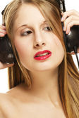 Woman with headphones listening to music — ストック写真