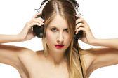 Mooie vrouw met hoofdtelefoon verspreiding van haar armen — Stockfoto