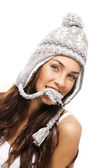 彼女の口と彼女の冬のキャップの部分を持っている若いブルネットの女性 — ストック写真