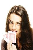 Schöne frau beißt in der poker-karte — Stockfoto