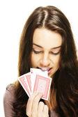 Mooie vrouw pakt een poker kaart met haar tanden — Stockfoto