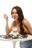 Linda mulher feliz numa mesa com latte macchiato — Fotografia Stock