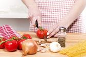 Gros plan de mains coupe tomates — Photo