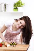 キッチン切削パプリカの女 — ストック写真
