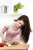 Young woman chopping vegetables — Stock Photo