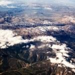 uitzicht op de bergen van het vliegtuig — Stockfoto