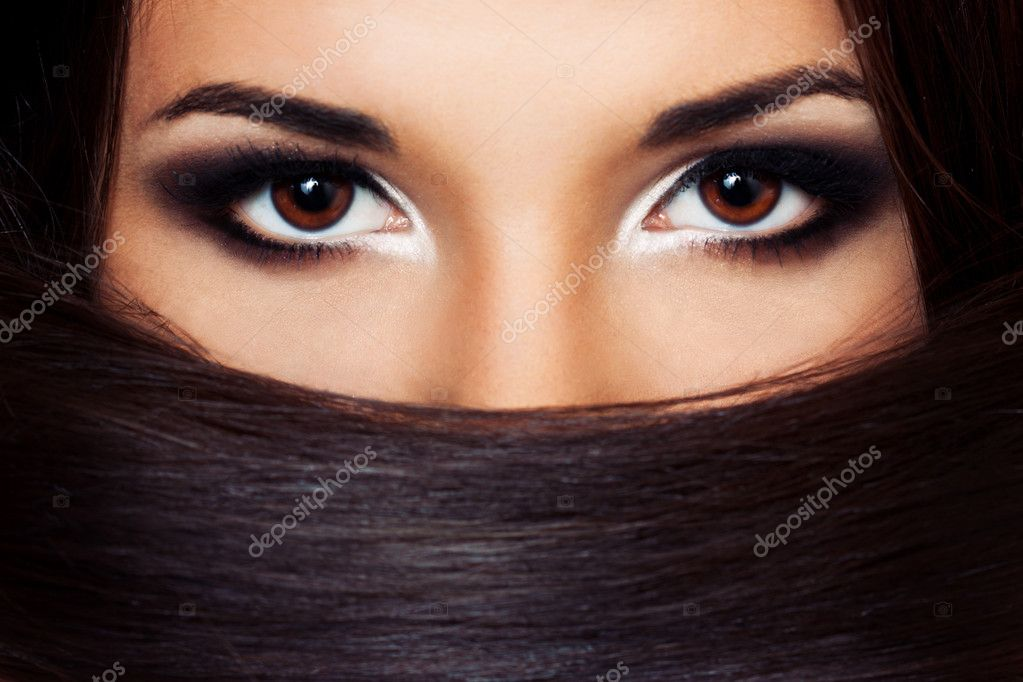 A close up portraite of a beautiful brunette — Stock Photo #11537394