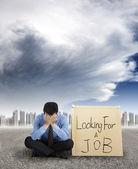 Affärsman som letar efter ett jobb och staden med stormen kommer — Stockfoto
