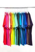 T-shirt coloré avec cintres isolé sur blanc — Photo