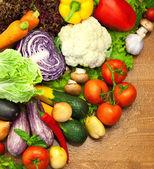 新鲜的有机蔬菜/琳琅满目的木制办公桌 — 图库照片