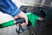 Ręczne napełnianie czarny samochód z paliwa — Zdjęcie stockowe