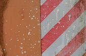 Oranje industriële oppervlak met voorzichtigheid stripe witte verf en ru — Stockfoto