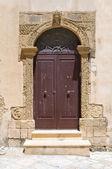 Porta de madeira. Otranto. Puglia. Itália. — Fotografia Stock