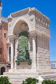 Monument voor de uitdaging in barletta. Puglia. Italië. — Stockfoto