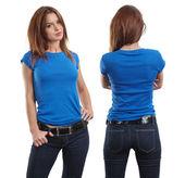 Sexy žena na sobě prázdné modré tričko — Stock fotografie