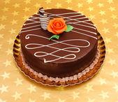 Gâteau au chocolat sur fond d'étoiles d'or — Photo