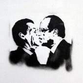 Illustration of Sarkozy and Hollande kissing — Stock Photo