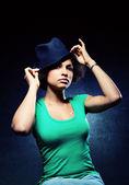 Jolie femme noire, coiffé d'un chapeau avec une expression sérieuse — Photo