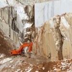marmeren steengroeve met graafmachine in carrara, Toscane, Italië — Stockfoto #10932227