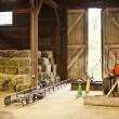 納屋と内装が干し草の俵ファーム機器 — ストック写真