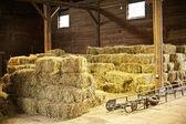Intérieur de la grange avec des balles de foin — Photo