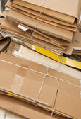 Cartón viejo esperando para reciclar. — Foto de Stock