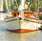 Grote witte zeilboot leggen onbeweeglijk in harbor — Stockfoto